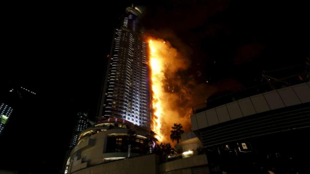 O governo de Dubai tuitou que o fogo começou no 20º andar