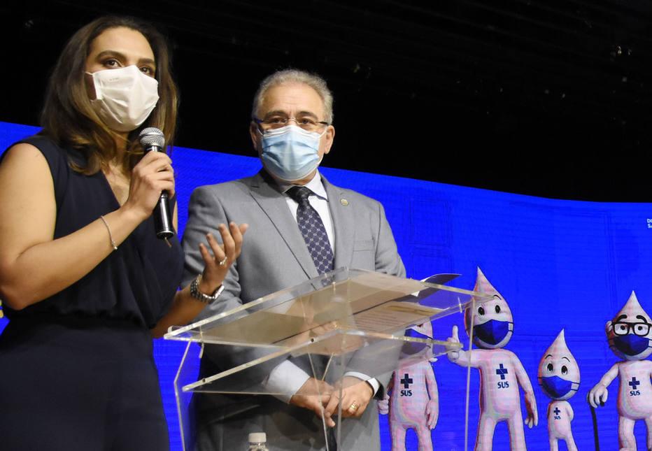 A médica Luana Araújo, e o ministro da Saúde, Marcelo Queiroga