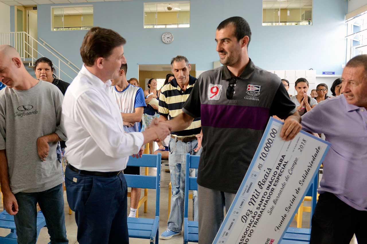 Prefeito Orlando Morando entregou o 12° cheque de R$ 10mil para a Associação Santo Inácio – ASSIITE