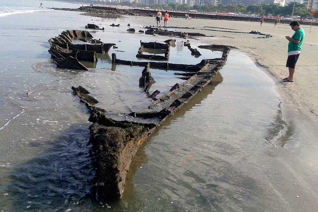 Segundo informações da prefeitura, os destroços foram notados por funcionários da empresa responsável pela limpeza urbana que faziam o serviço diário na faixa de areia