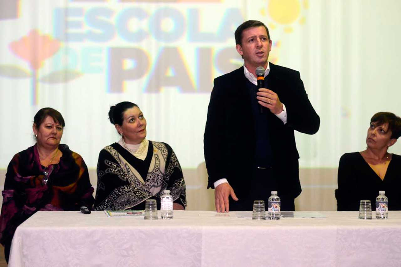 Iniciativa tem o objetivo de aproximar pais dos alunos da rede municipal por meio de debates sobre a educação de crianças e adolescentes