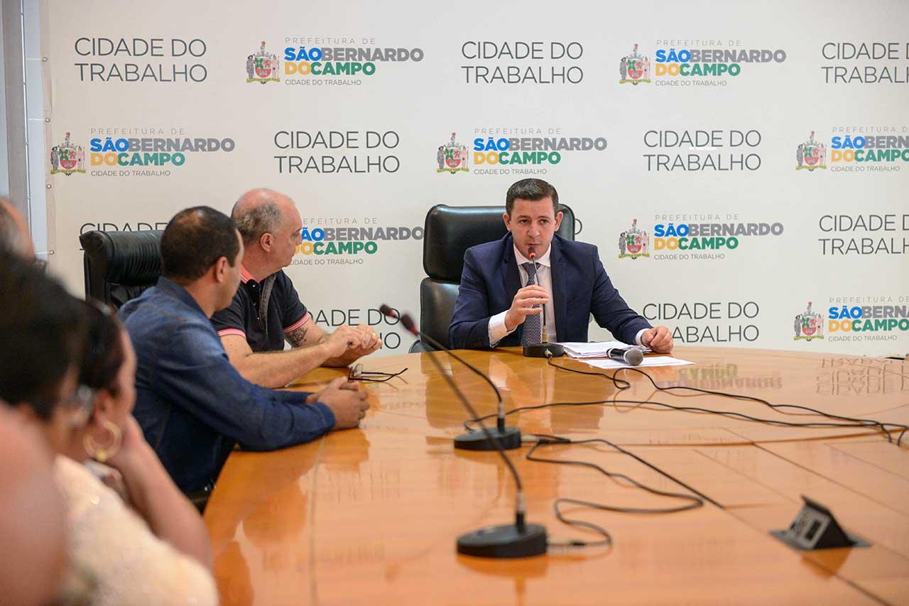 Prefeito Orlando Morando assinou permissão para trabalhadores que já atuavam em feiras livres do município
