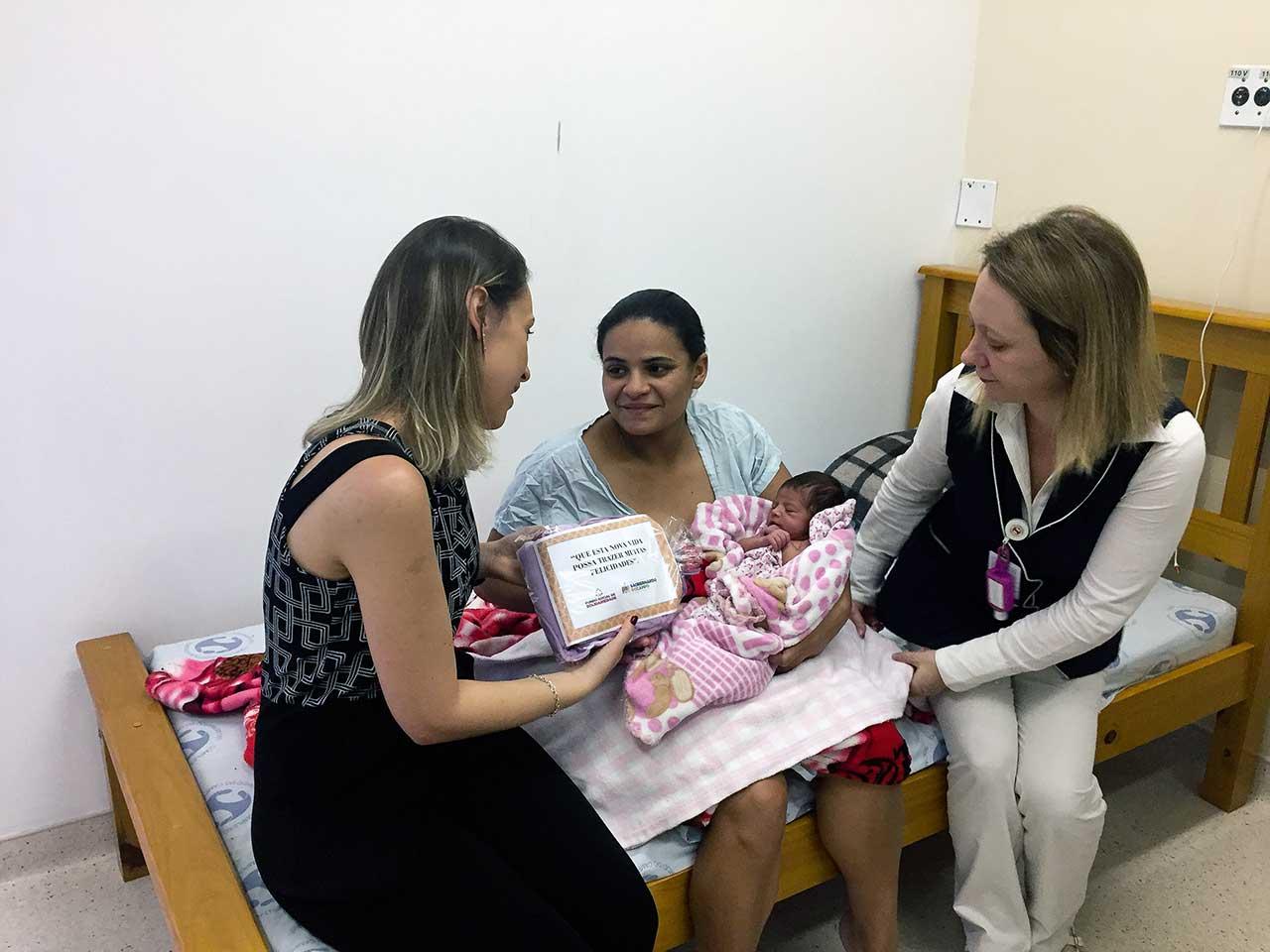 Presidente Greici Picolo visitou as futuras mamães e entregou kits de saída da maternidade no Hospital Municipal Universitário (HMU)