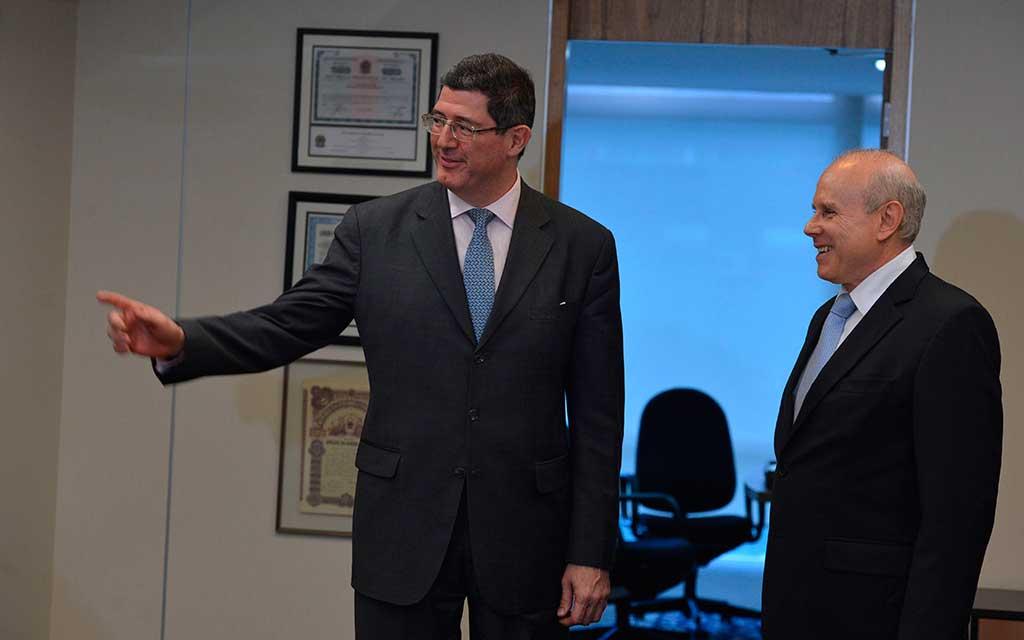 Joaquim Levy (esq.) com Guido Mantega (4.dez.2014)