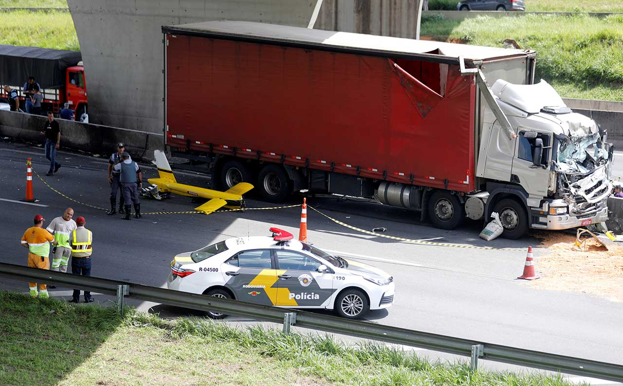 Destroços de helicóptero e o caminhão atingido pela aeronave, na Rodovia Anhanguera