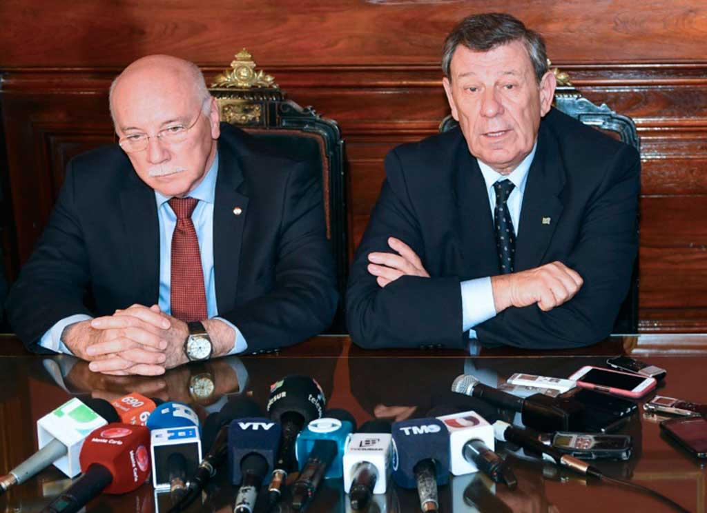 O chanceler uruguaio, Rodolfo Nin Novoa (D), fala à imprensa ao lado do colega paraguaio, Eladio Loizaga, em Montevidéu