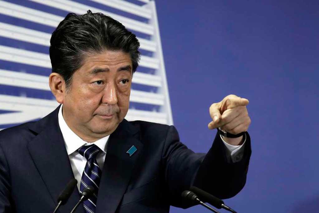 Tóquio – Primeiro-ministro do Japão, Shinzo Abe, fala à imprensa e comemora a vitória de seu partido o Liberal Democrata que conquistou maioria absoluta na Câmara Baixa do parlamento japonês