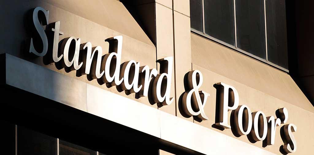 A agência de classificação de risco Standard & Poor's (S&P) rebaixou o Brasil para três níveis abaixo do grau de investimento com perspectiva estável