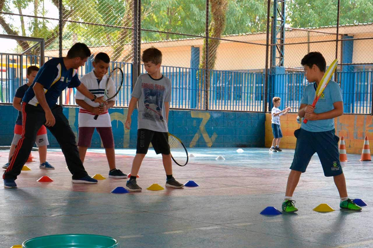 Inscrições estão abertas; ensino é baseado em método que usa bolas com velocidades diferentes para quem está começando a aprender o esporte
