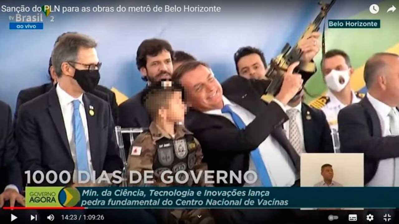 Bolsonaro e criança fardada