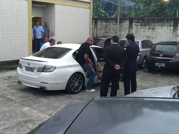 Na reconstituição, Adriano demonstrou dificuldade para entrar no banco de trás do carro