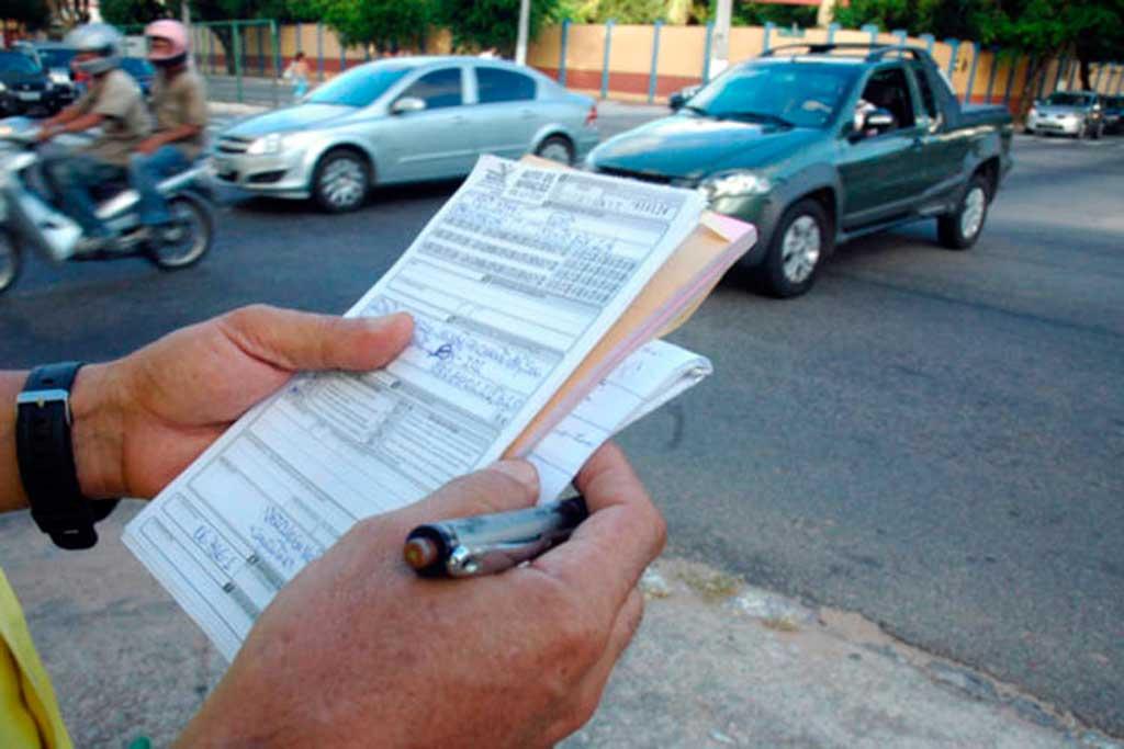 Agentes de trânsito que multam deverão ser identificados por site na internet. Objetivo das medidas é aumentar a transparência e permitir a ampla defesa, segundo o Contran