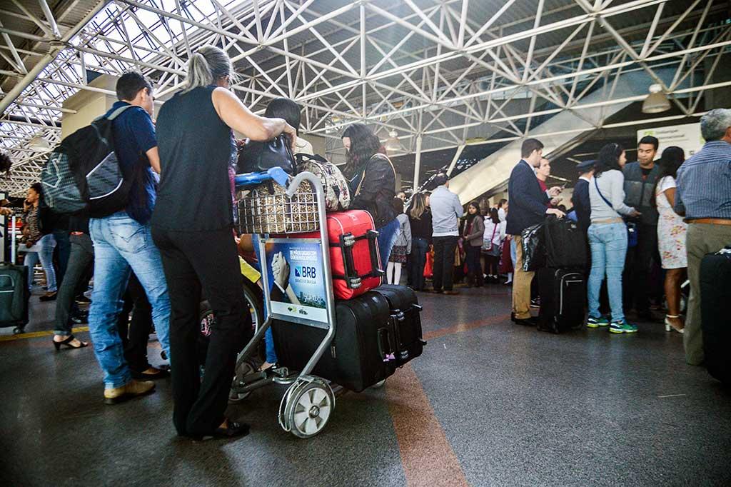 Passageiros enfrentam filas para a inspeção de bagagens nos aeroportos do país