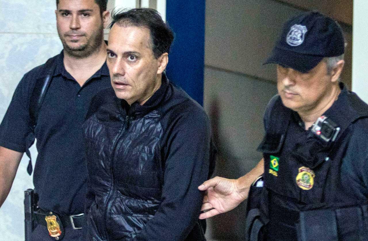O prefeito de Mauá, Átila Jacomussi, chega à sede da Polícia Federal, em São Paulo