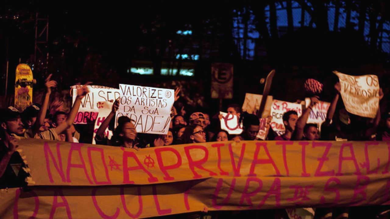 Jovens fazem manifestação em frente à casa do secretário de cultura em São Bernardo do Campo