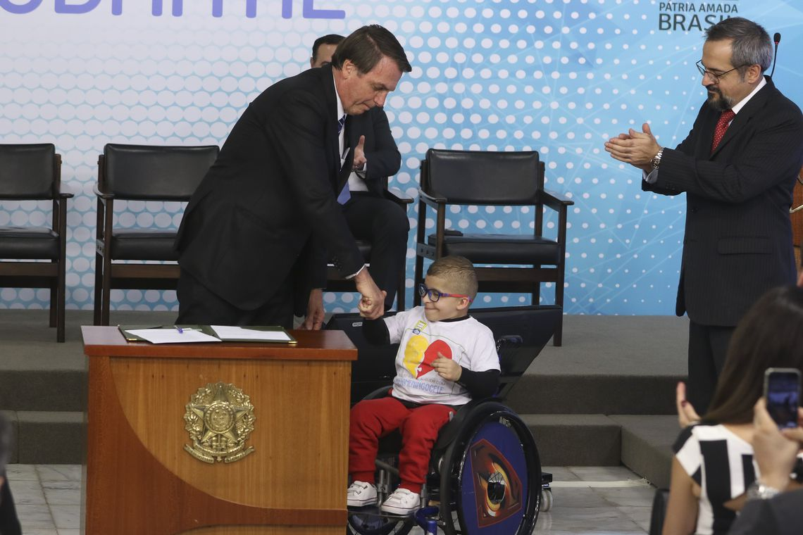 O presidente Jair Bolsonaro assinou ontem, 6, uma medida provisória (MP) que cria a carteira de identificação estudantil, em formato digital