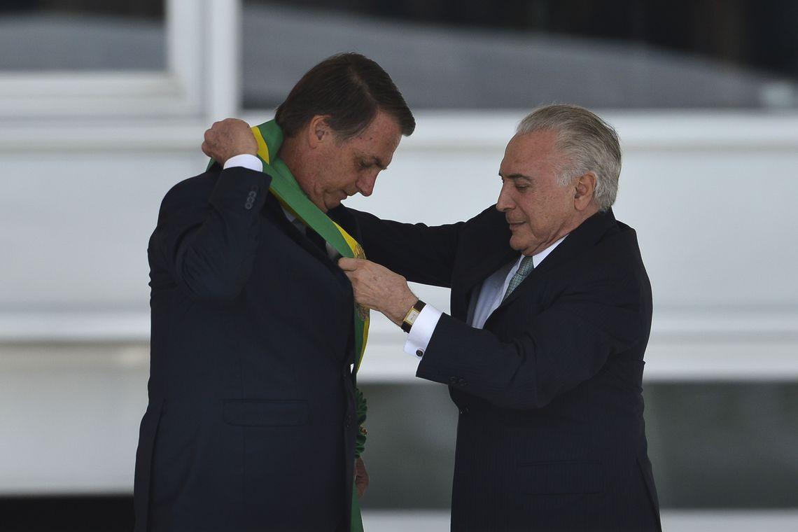 Bolsonaro recebe a faixa presidencial de Michel Temer