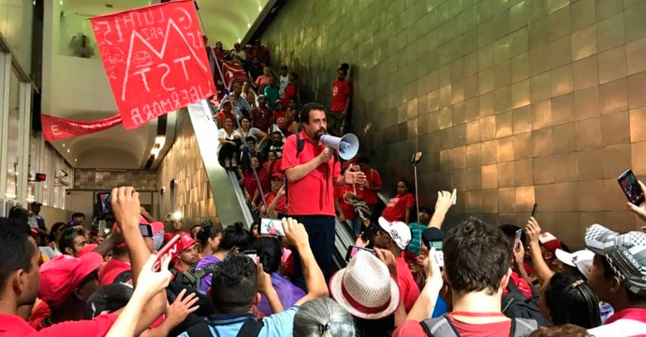 Guilherme Boulos, coordenador nacional do MTST, conversa com integrantes do movimento após se reunir com membros da Secretaria de Habitação de SP. Sem teto não consideraram satisfatórias as opções sugeridas pela pasta e resolveram ficar no prédio por tempo indeterminado
