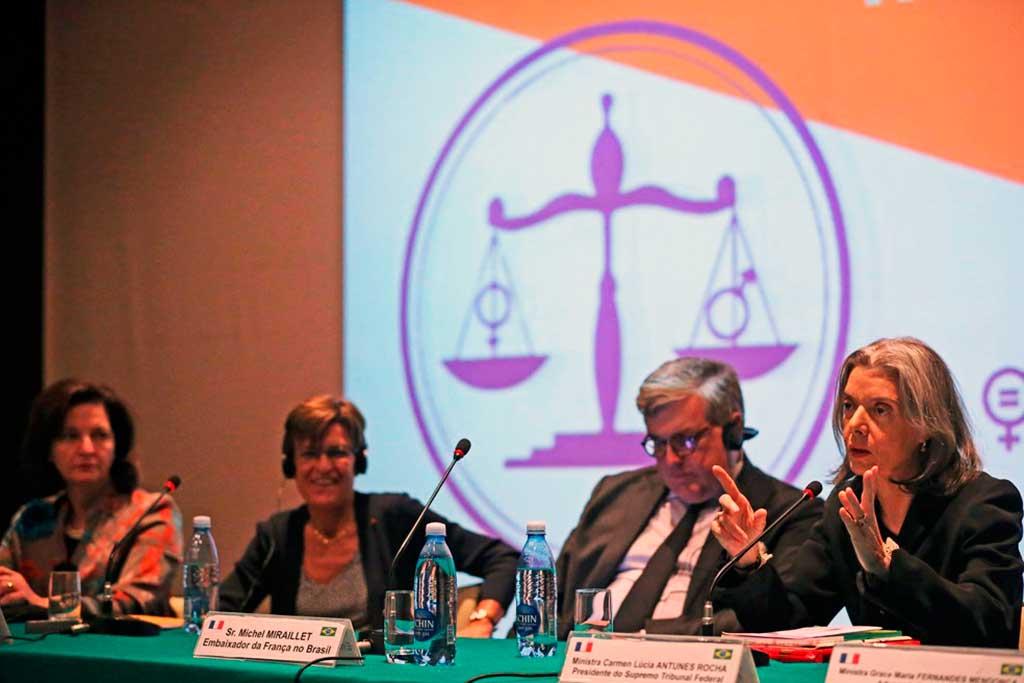 A presidente do Supremo Tribunal Federal, ministra Cármen Lúcia, fala na abertura do seminário Mulheres na Justiça, na Embaixada da França