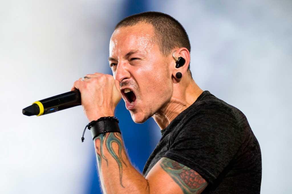 O cantor principal do Linkin Park Chester Bennington comete suicídio