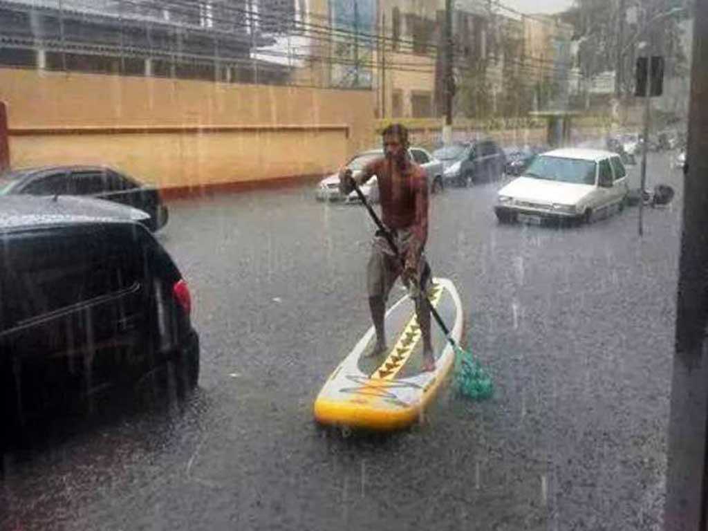 São Vicente, na Baixada Santista, ficou debaixo de forte chuva e com vários pontos de alagamento