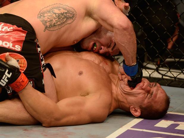 Velásquez castiga Cigano com soco no rosto