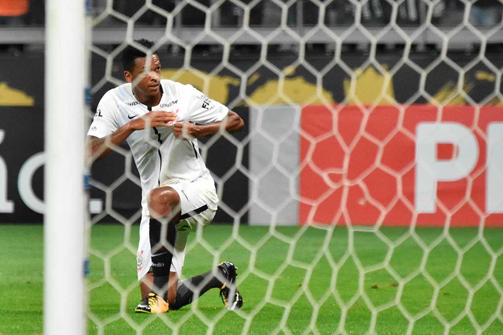 Jô marcou um gol e abriu o placar no Mineirão