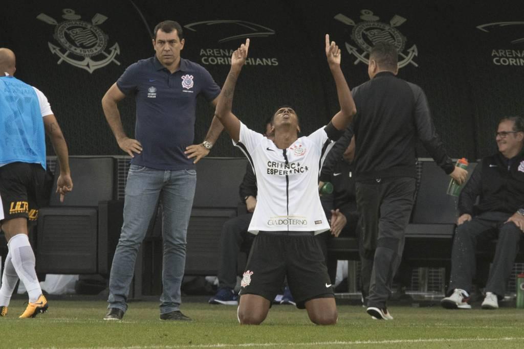 Jô comemora o gol validade que manteve a invencibilidade do Timão no 1º turno do Brasileirão 2017