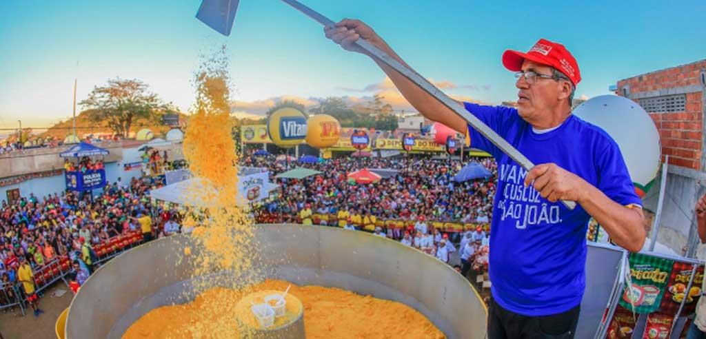Foram usados 800 quilos de flocos de milho para a produção do maior cuscuz do mundo