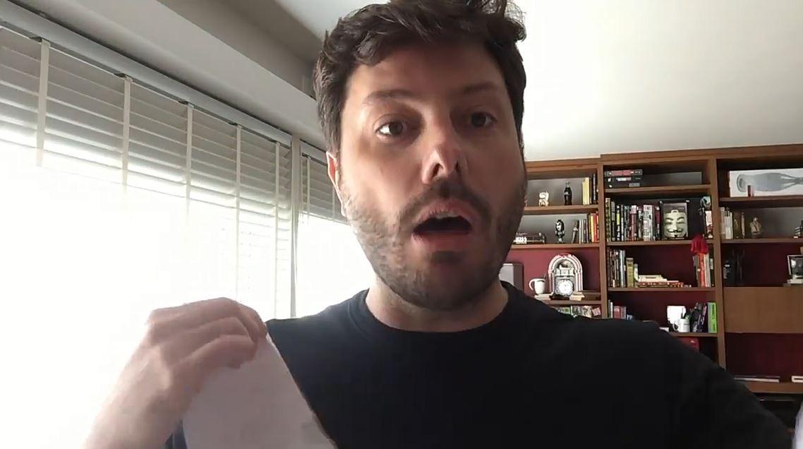 O humorista Danilo Gentili rasga a notificação, enfia nacueca, devolve pelos Correios para a deputada Maria do Rosário