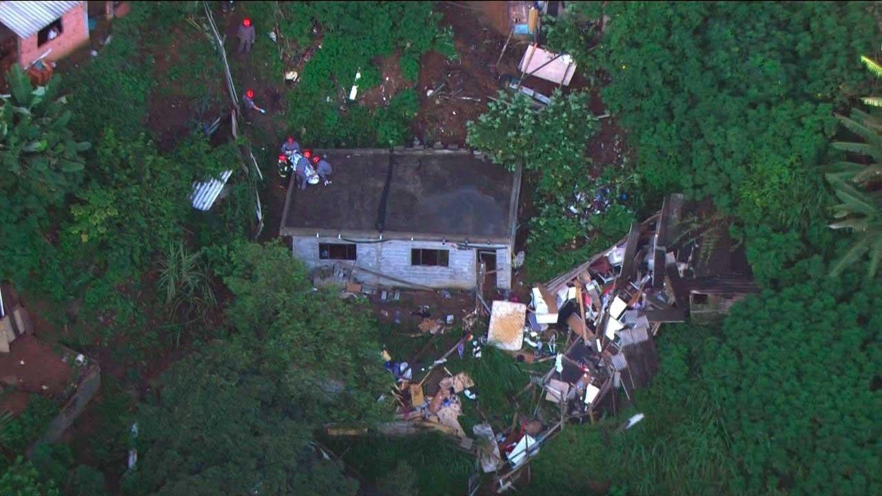 Duas casas foram atingidas e a parede da casa de alvenaria onde dormia o garoto com o pai cedeu