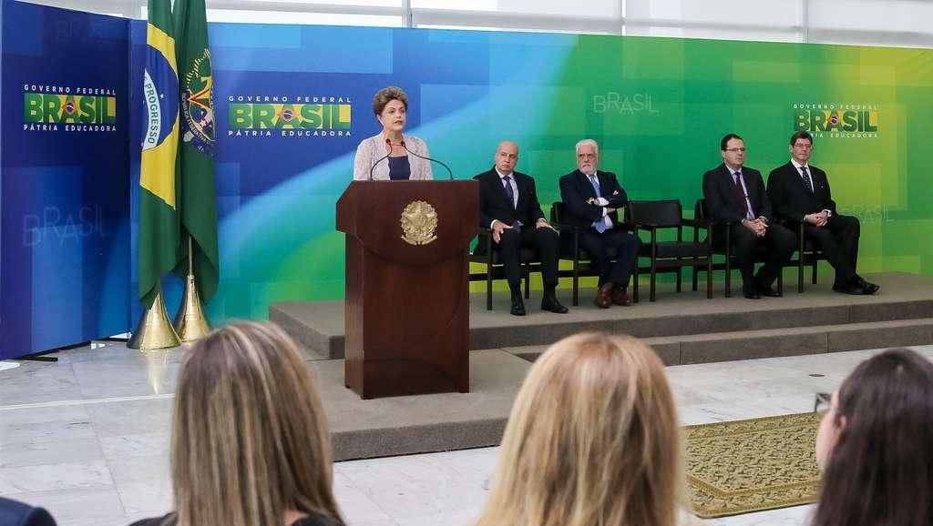 A presidente Dilma Rousseff acaba de dar posse aos ministros da Fazenda, Nelson Barbosa, e do Planejamento, Orçamento e Gestão, Valdir Simão, em solenidade no Palácio do Planalto