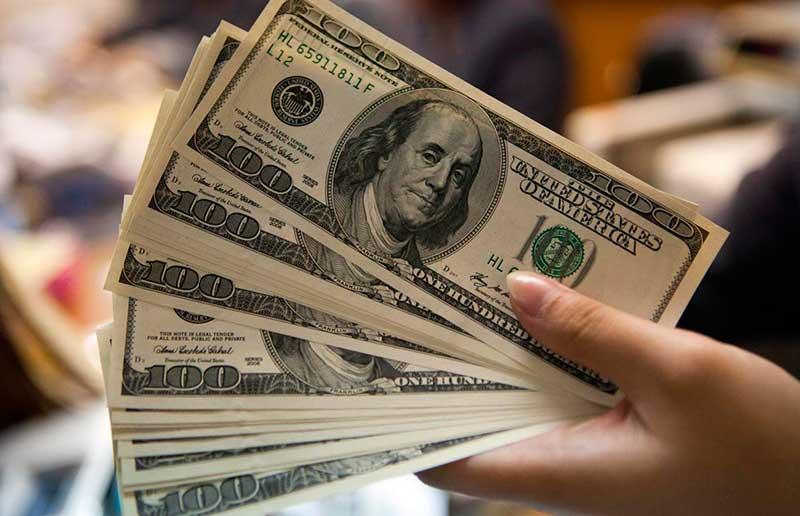 O dólar comercial encerrou esta quinta-feira (27) vendido a R$ 3,894, com baixa de 0,7%
