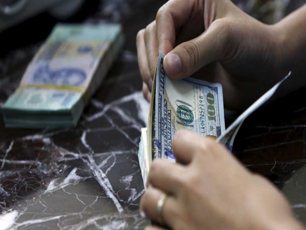 O dólar comercial encerrou esta segunda-feira (30) vendido a R$ 3,128, com queda de R$ 0,024 (-0,77%). A cotação está no menor nível desde 25 de outubro (R$ 3,107)