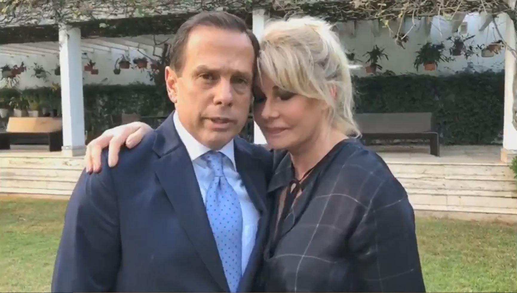 João Doria e a esposa Bia Doria durante pronunciamento sobre o suposto vídeo de ataque ao candidato líder nas pesquisas para o governo paulista nas eleições de 2018