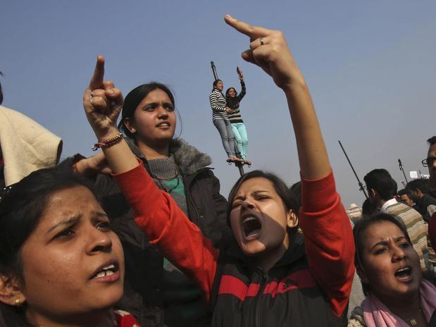 Manifestante grita em protesto contra a violência em Nova Délhi após um estupro coletivo