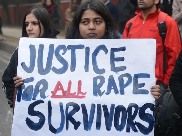 Estudante de Nova Délhi carrega placa em que se lê: