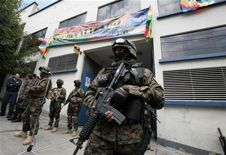 Policial boliviano vigia sede da empresa de distribuição de eletricidade Electropaz, uma subsidiária da companhia espanhola Iberdrola.