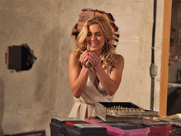 Pereirinha segura Teodora pelos cabelos