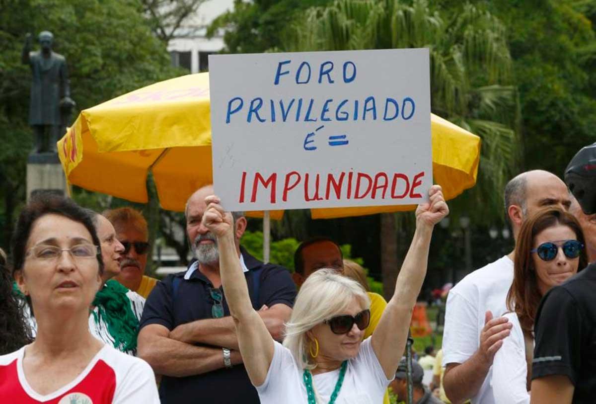 Manifestantes contra o foro privilegiado