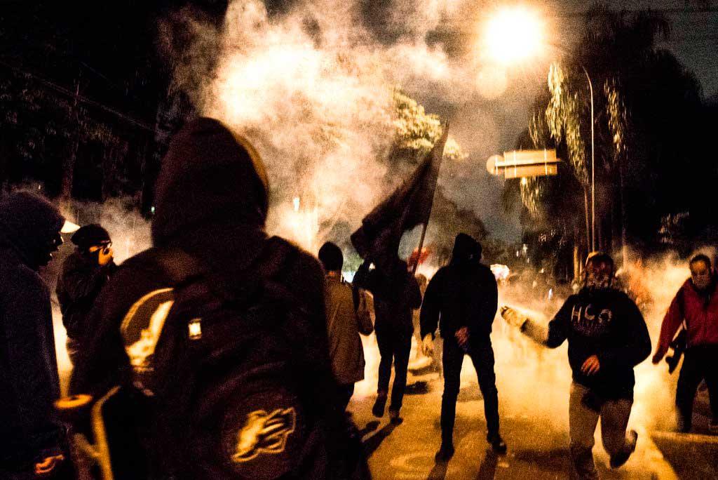 Manifestantes mascarados atacam bloqueiam e atacam a PM em diversos pontos na cidade de São Paulo