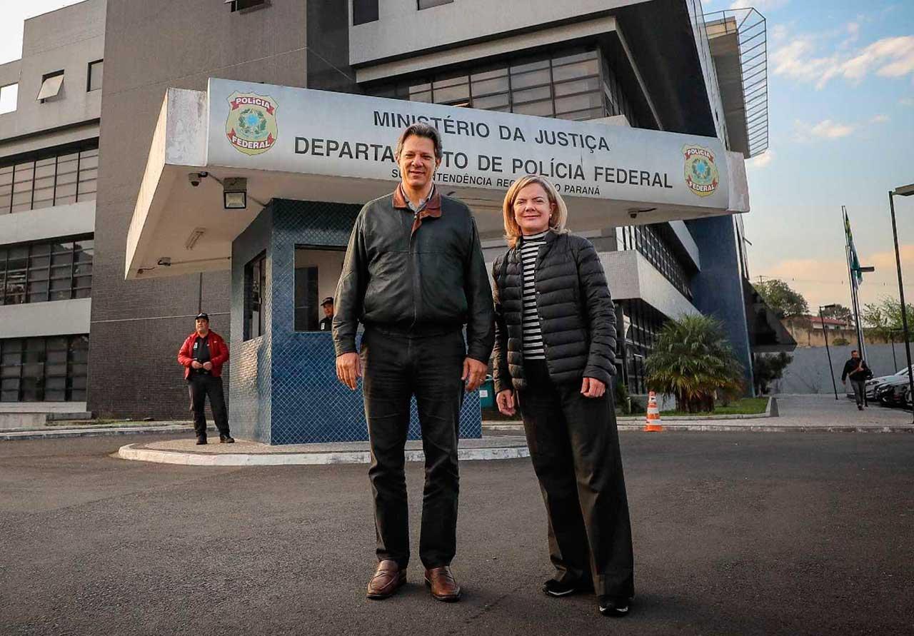 Na saída da visita ao ex-presidente Lula, Haddad (à direita) disse no vídeo que