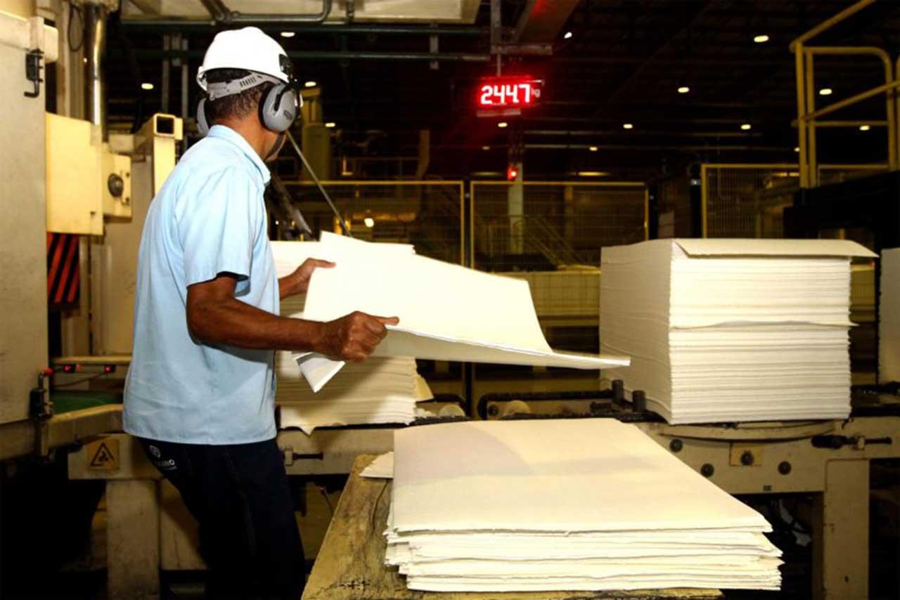 Produção industrial cresceu 0,7% de janeiro para fevereiro, mas caiu 0,7% de dezembro para janeiro