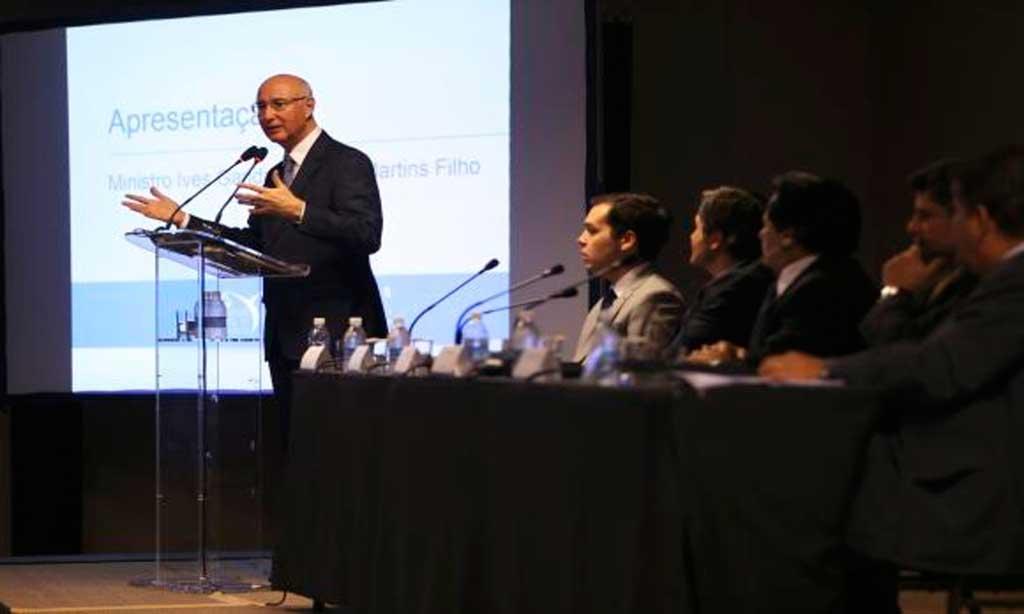 O presidente do TST, ministro Ives Gandra, fala sobre a reforma trabalhista e terceirização durante o 9° Encontro Interempresarial de Jurídico Trabalhista