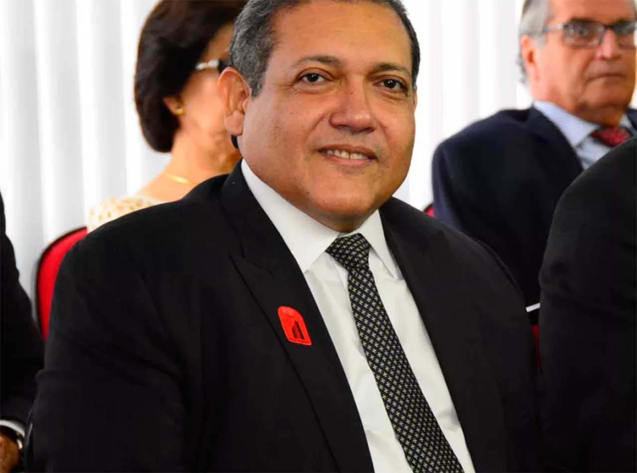 Bolsonaro oficializa indicação de Kassio Nunes ao STF