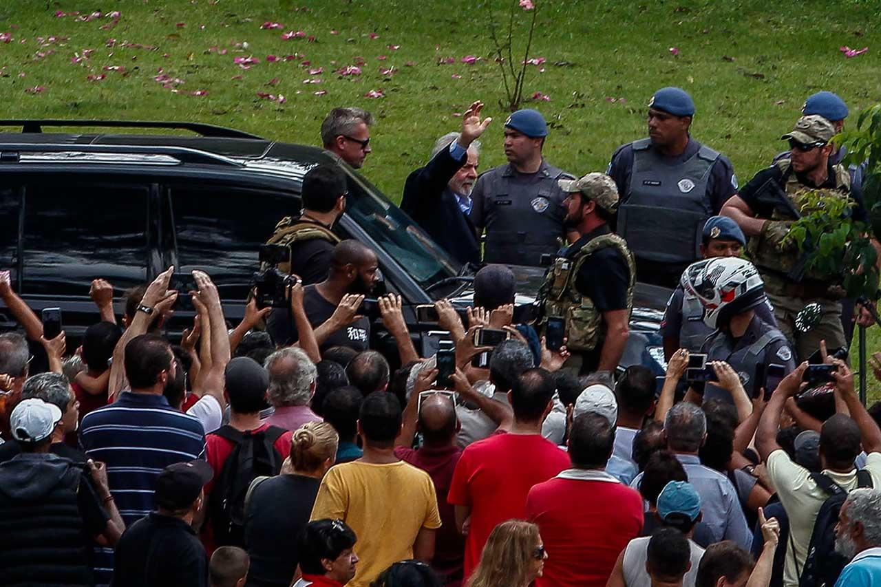 Lula sendo escoltado pela PF com apoio da PM de SP