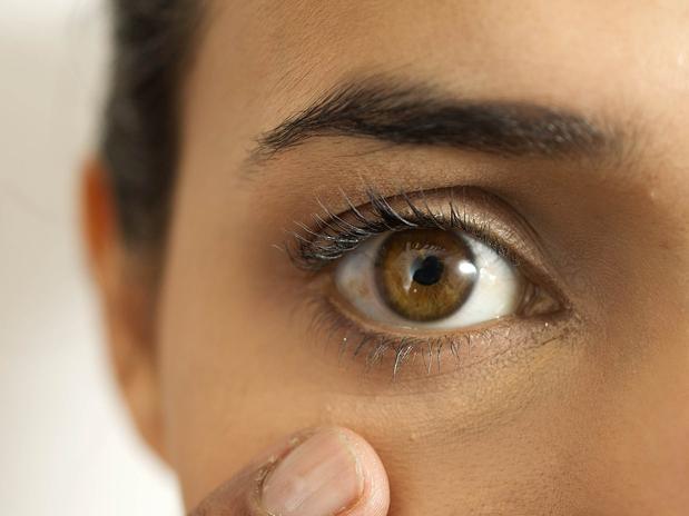 As mulheres costumam usar corretivo somente quando tem olheiras, mas ele também serve para iluminar e, acima da pálpebra, ajudar na fixação da sombra