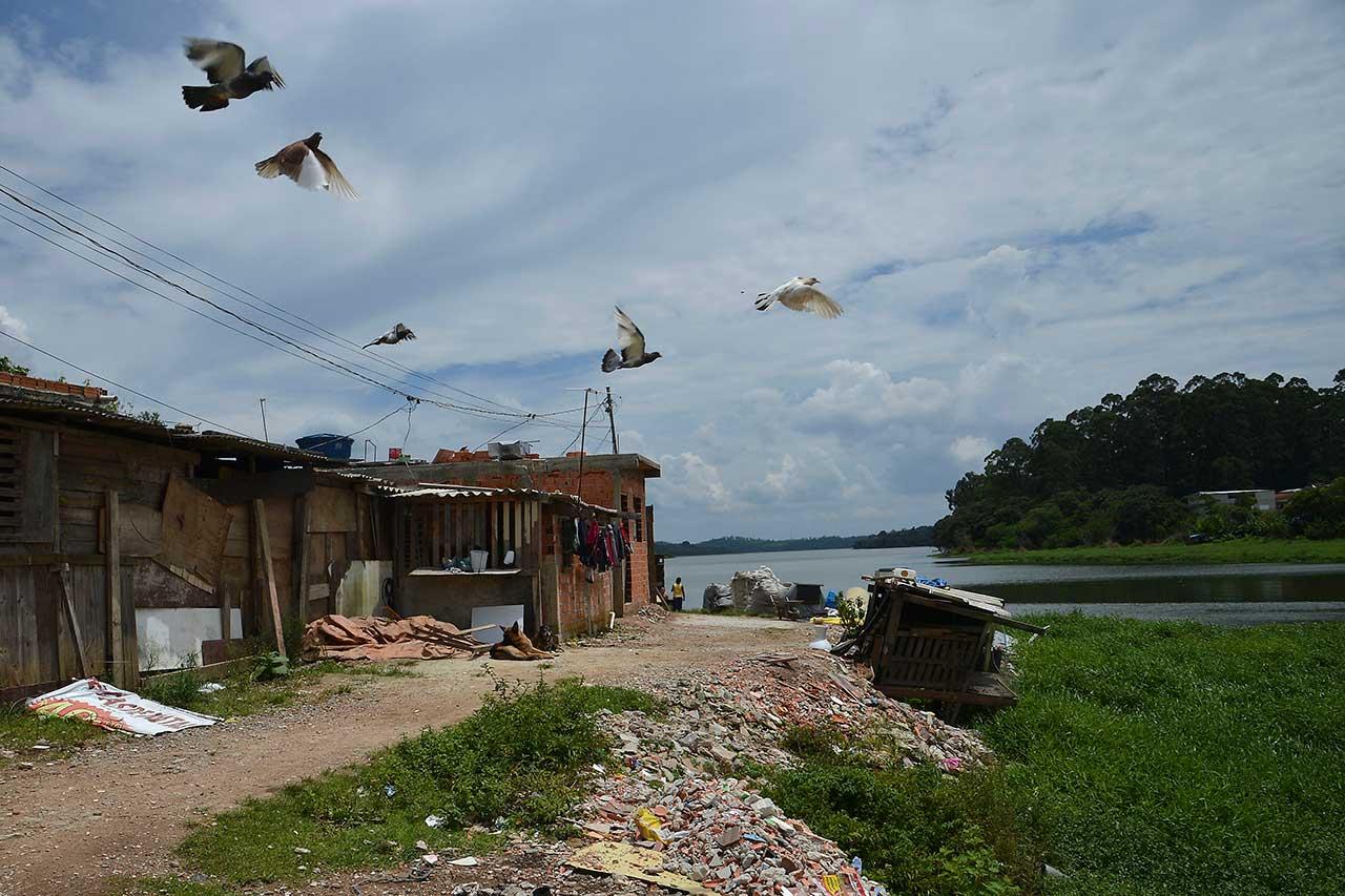 Moradias construídas às margens da Represa Billings, um dos principais reservatórios de água de São Paulo