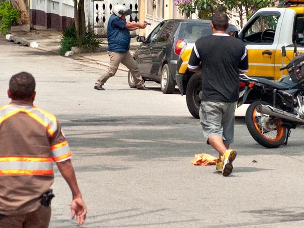 Motociclista sacou uma pistola automática e alvejou o carro em fuga