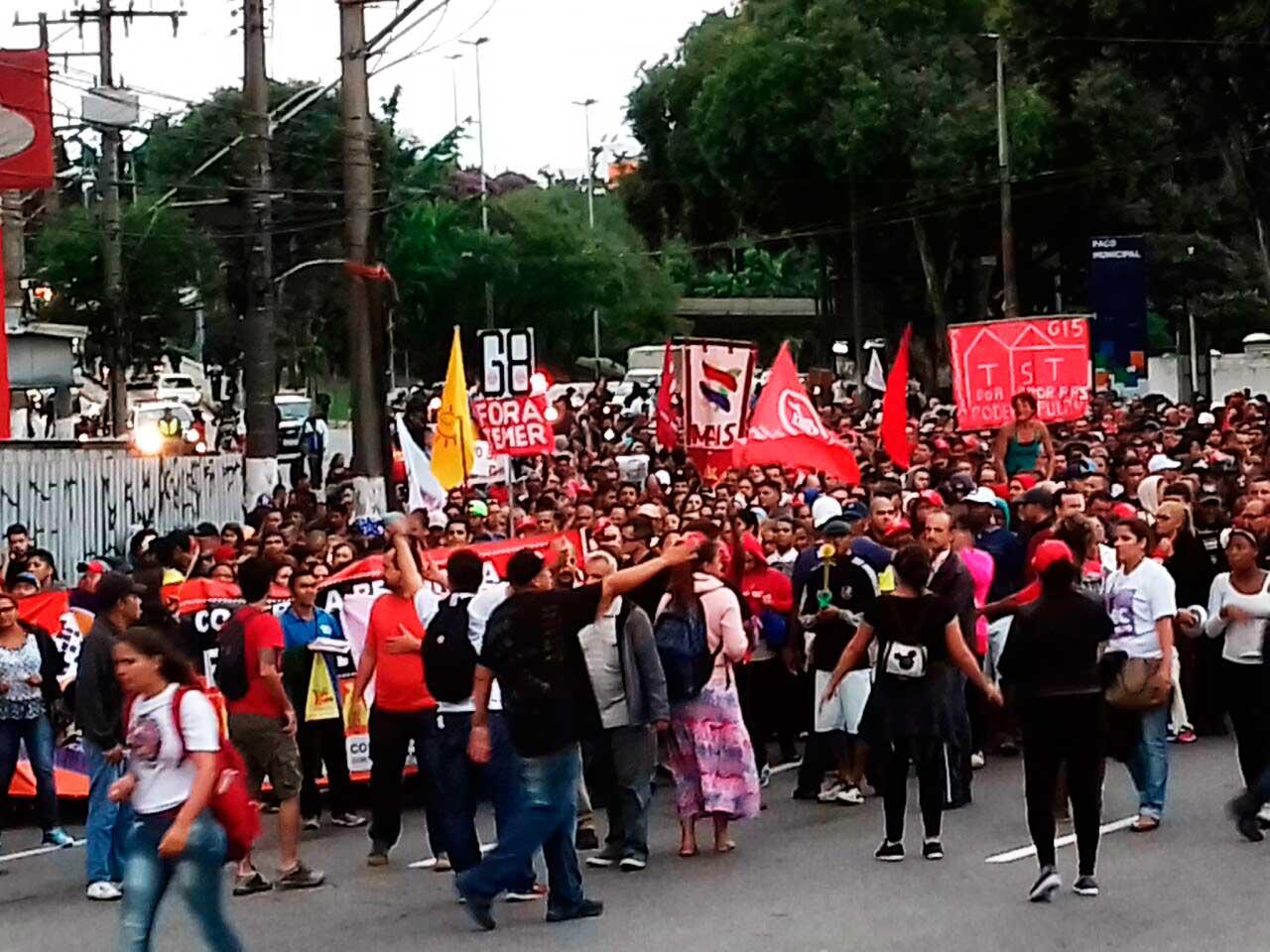 Passeata com algumas centenas de manifestantes do MTST contra a reforma da Previdência